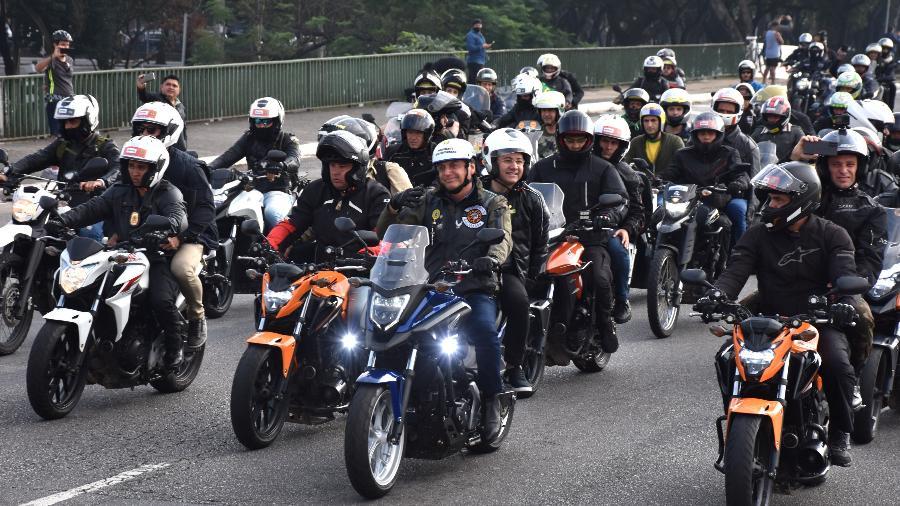Presidente Jair Bolsonaro à frente de grande manifestação de motoqueiros por São Paulo: qualquer semelhança não é coincidência - ROBERTO CASIMIRO/FOTOARENA/FOTOARENA/ESTADÃO CONTEÚDO