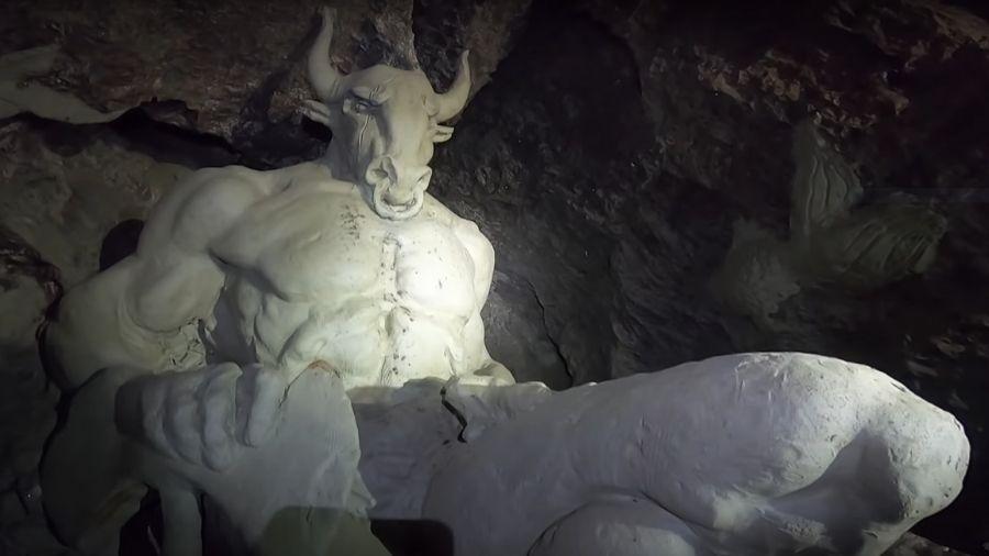 Aventureiro encontrou ceifador, minotauro e outras estátuas - Reprodução/Youtube