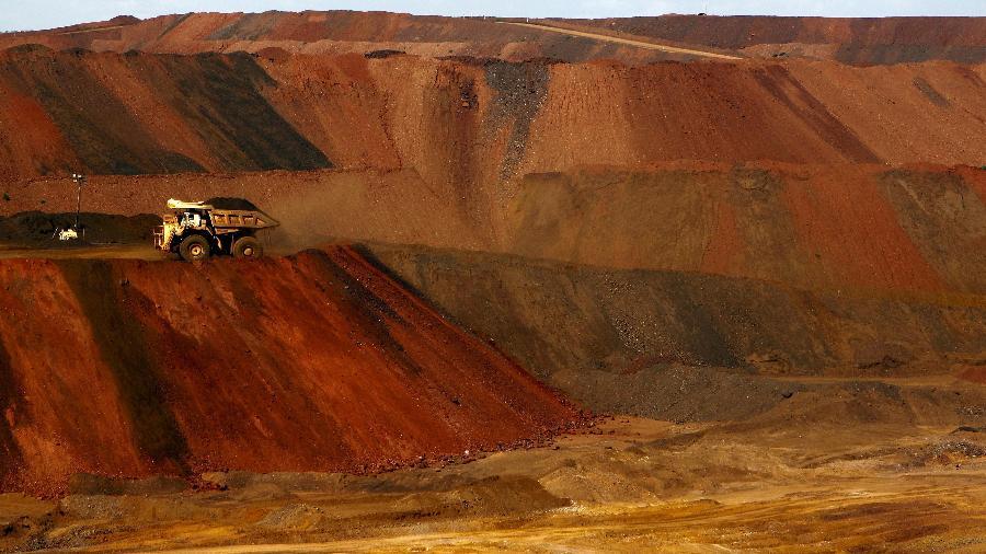Um caminhão carregando minério de ferro se move ao longo de uma estrada na mina de minério de ferro Christmas Creek do Fortescue Metals Group, localizada na região de Pilbara, no oeste da Austrália - Jim Regan/REUTERS