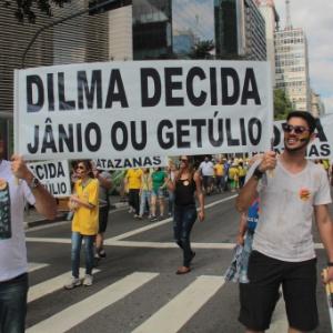 """Jovens seguram cartaz onde se lê """"Dilma decida: Jânio ou Getúlio"""" - Marcio Ribeiro/Brazil Photo Press/Estadão Conteúdo"""