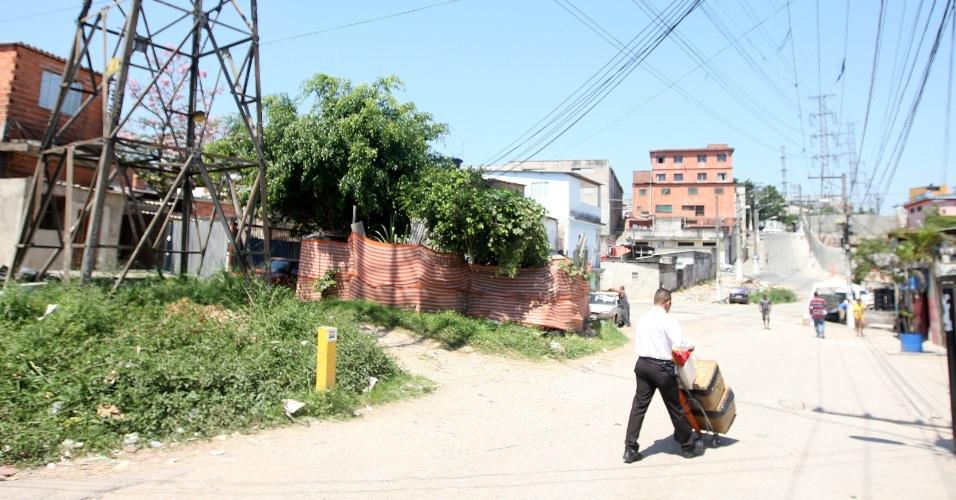 15.out.2015 - Morador do bairro de Americanópolis, zona sul de São Paulo, Jairo diz que costuma levar cerca de meia hora para chegar ao ponto onde vende as garrafas