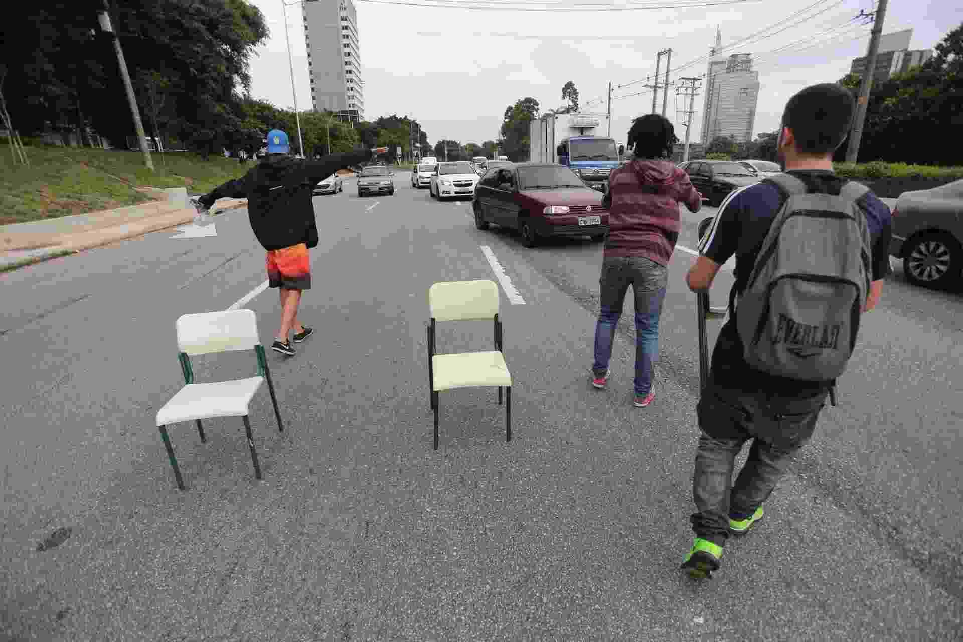 3.dez.2015 - Estudantes bloqueiam a marginal Pinheiros, na zona oeste de São Paulo, contra a reorganização escolar - Leonardo Benassatto/Futura Press/Estadão Conteúdo