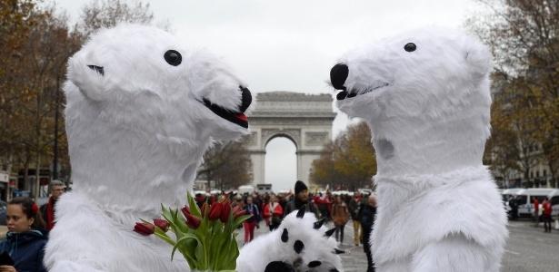 Ativistas vestidos de urso polar fazem manifestação em Paris