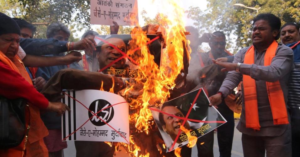 2.jan.2016 - Ativistas de um grupo de direita indiano protestam na capital Nova Déli após o ataque a uma base militar do país na fronteira com o Paquistão deixar seis mortos. Os manifestantes queimara imagens do primeiro-ministro paquistanês Nawaz Sharif durante o protesto
