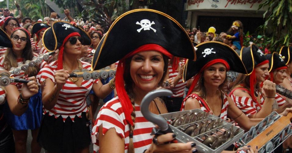 17.jan.2016 - Folionas fantasiadas de pirata tocam instrumentos de percussão enquanto desfilam no bloco de rua Só Caminha, em Botafogo, no Rio de Janeiro