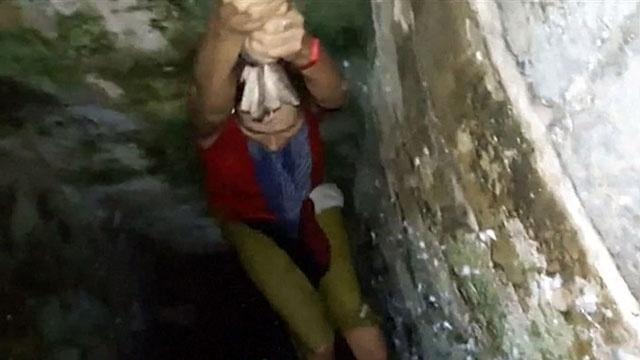 Turista cai em poço ao tirar selfie e é resgatada com corda improvisada de camisetas