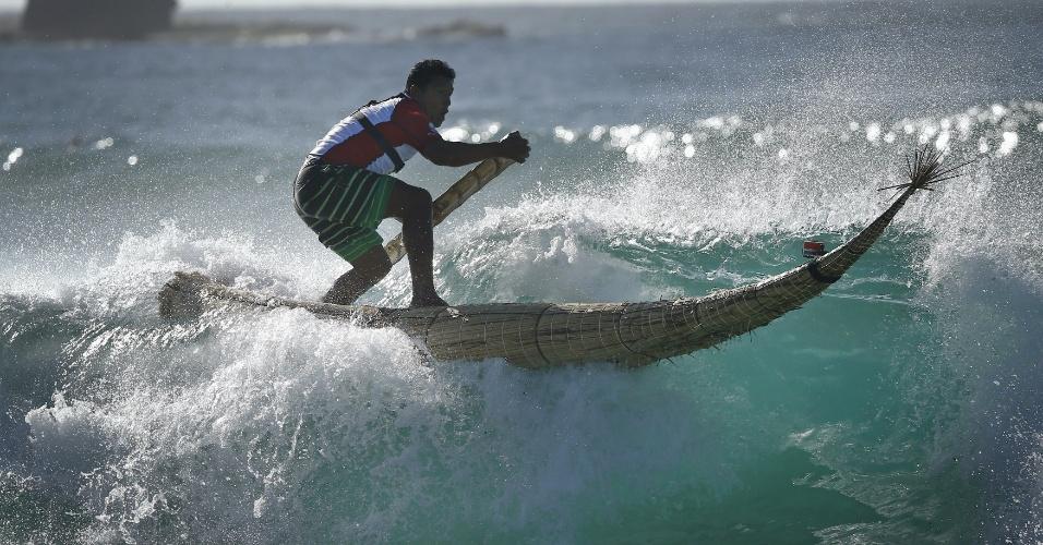 """24.fev.2016 - O peruano Carlos """"Huevito"""" Areola surfa com uma estrutura feita de cana-de-açúcar, chamada de """"caballito"""" (cavalinho), em Bondi Beach, em Sydney (Austrália). Areola faz parte de um grupo de peruanos que promove o uso do ?caballito? no leste australiano. Acredita-se que a """"prancha"""" foi inventada no norte do Peru por volta de 3.000 a.C."""