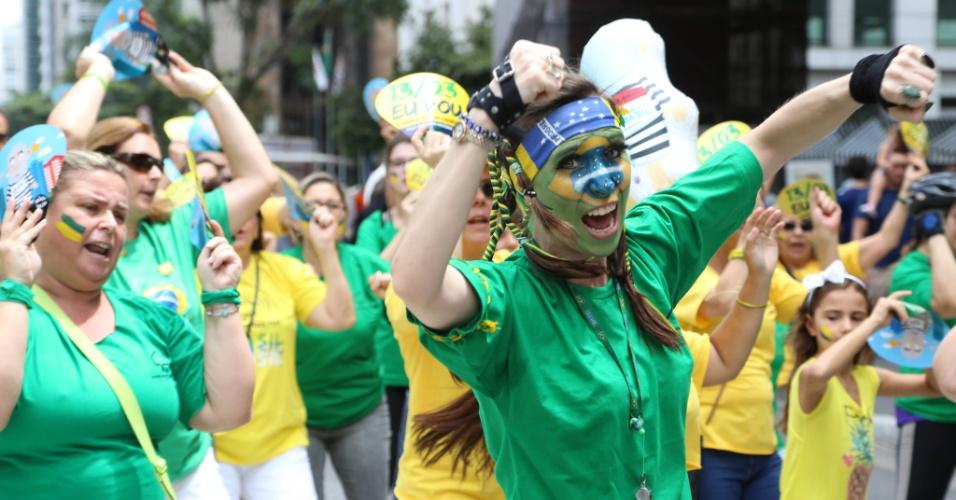 6.mar.2016 - Manifestantes fazem coreografia durante protesto contra o ex-presidente Luiz Inácio Lula da SIlva (PT) em frente ao Masp (Museu de Arte de São Paulo), na região central da capital paulista