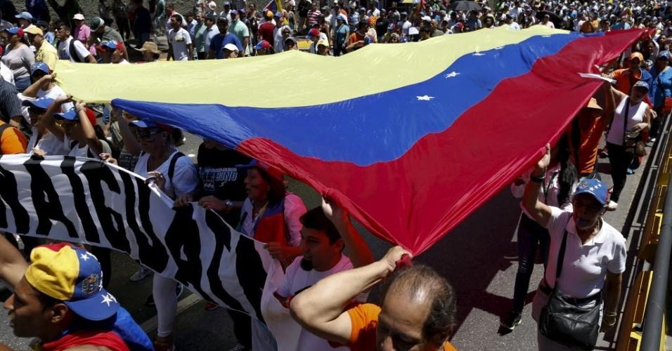 12.mar.2016 - Insatisfeitos com o governo do presidente Nicolás Maduro, milhares de venezuelanos pediram a sua renúncia, neste sábado (12). Uma aliança de partidos da oposição, animados com a vitória nas eleições legislativas de dezembro,  tenta conseguir apoio para tirá-lo do poder