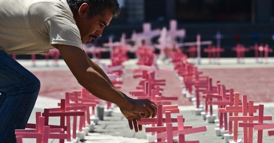 13.mar.2016 - Mexicano participa de protesto para lembrar os assassinatos de mais de 600 mulheres no país nos últimos quatro anos, em Ecatepec, neste domingo (13)