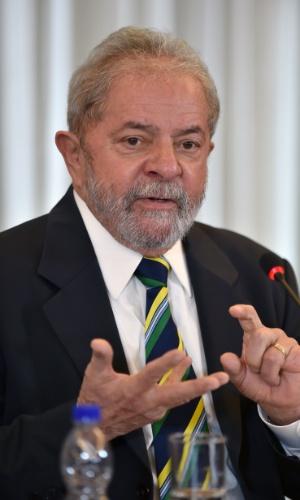 28.mar.2016 - O ex-presidente Luiz Inácio Lula da Silva dá entrevista para 28 veículos de imprensa internacional em hotel de São Paulo