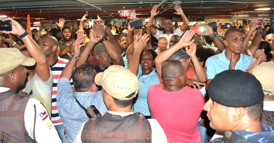 29.mar.2016 - Protesto de servidores municipais em greve causa confusão durante a reinauguração da Estação da Lapa, em Salvador (BA)