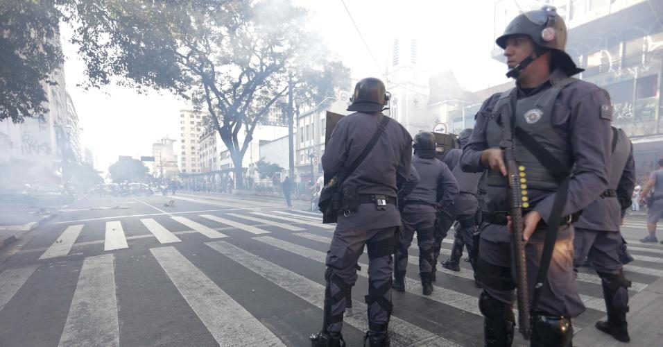 6.abr.2016 - Policiais entram em confronto com manifestantes durante 3° Por mais merenda, mais salas e menos grêmios de Estado, em frente a Secretaria da Educação do Estado de São Paulo (SP), nesta quarta-feira (06).