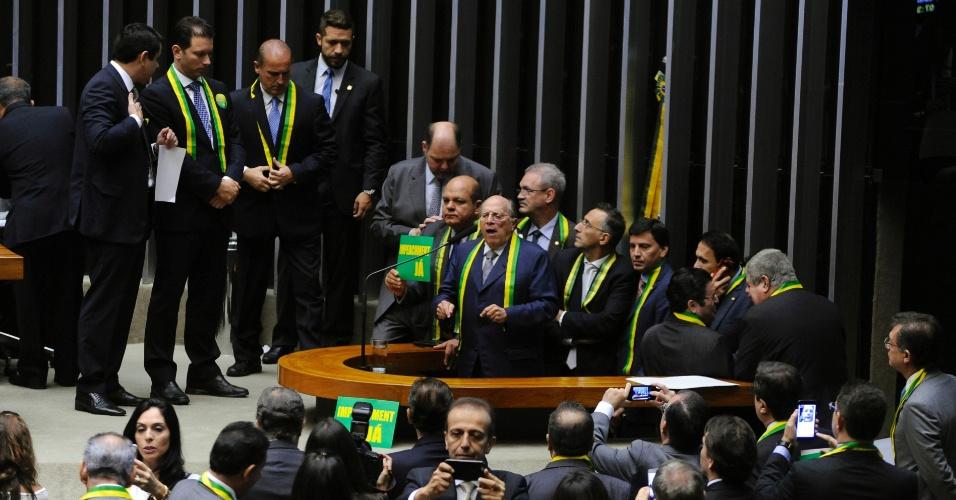 15.abr.2016 - O jurista Miguel Reale Júnior, um dos autores do pedido de impeachment da presidente Dilma Rousseff, discursa nesta sexta-feira (15), no plenário da Câmara