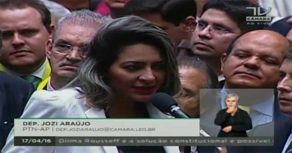 17.abr.2016 - A deputada Jozi Araújo (PTN-AP) votou contra o impeachment da presidente Dilma Rousseff