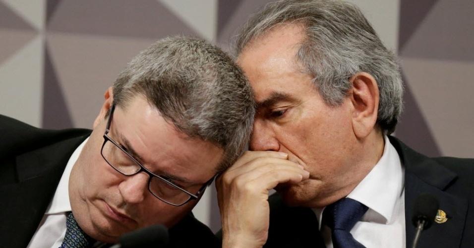 29.abr.2016 - Os senadores Antonio Anastasia (PSDB-MG) e Raimundo Lira (PMDB-PB), relator e presidente da comissão especial de impeachment, discutem antes do início da sessão onde os senadores ouvirão a defesa da presidente Dilma Rousseff