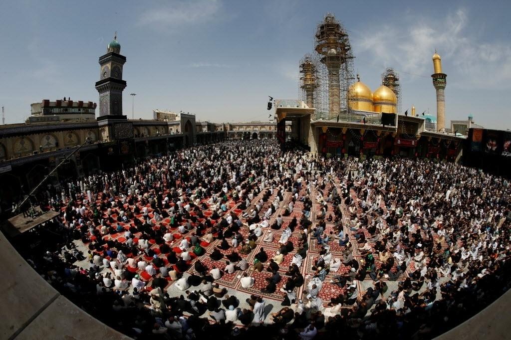 3.mai.2016 - Peregrinos xiitas se reúnem no santuário do imã Imam Moussa al-Kadhim para celebrar seu aniversário de morte no distrito de Bagdá Kadhimiya, Iraque