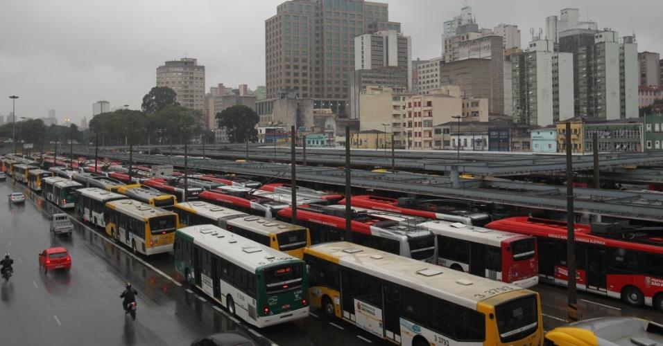 18.mai.2016 - Motoristas e cobradores de ônibus fazem paralisação no terminal Parque Dom Pedro 2º, em São Paulo, na manhã desta quarta-feira (18). A categoria fechou terminais na capital por melhorias salariais. Os funcionários pedem reposição da inflação e aumento real de 5%, além de PLR (Participação nos Lucros e Resultados) de R$ 2.000, convênio médico gratuito, seguro de vida e auxílio funeral