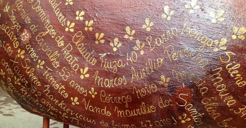 4.jun.2016 - A tragédia de Mariana matou 19 pessoas e destruiu o rio Doce, atingindo dezenas de municípios de Minas Gerais e do Espírito Santo. Agora, virou escultura de porcos