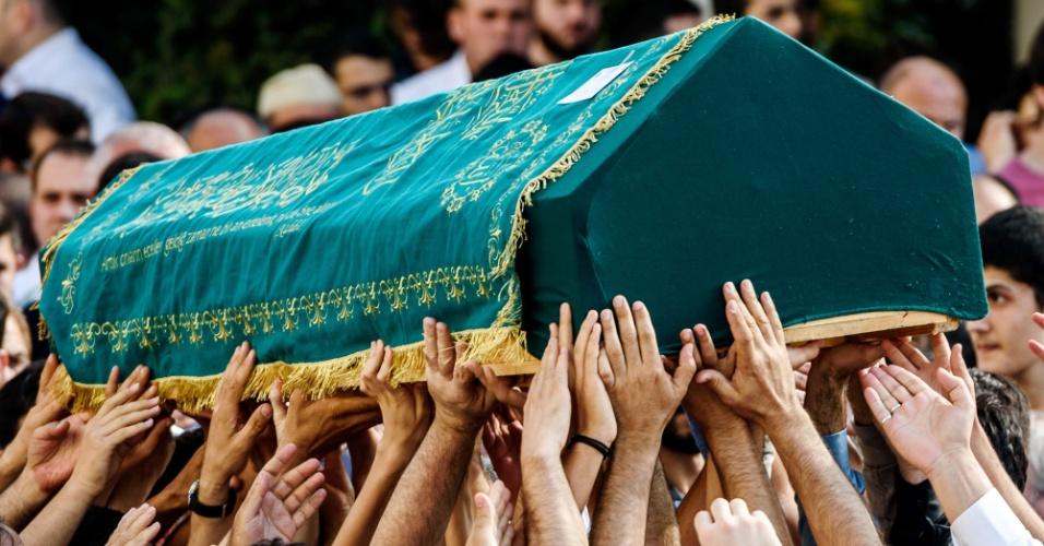 29.jun.2016 - O caixão de Muhammed Eymen Demirci, 25, é erguido por multidão durante funeral em Basaksehir, em Istambul. O jovem trabalhava no piso de serviços do aeroporto internacional de Ataturk, em Istambul, e foi morto durante ataque terrorista