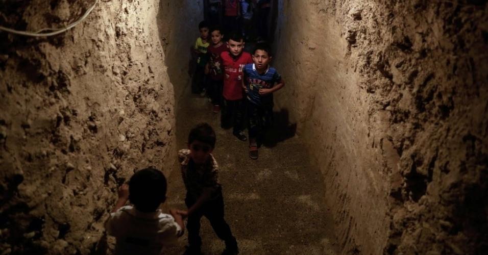 8.jul.2016 - Crianças sírias brincam em parque subterrâneo construído para proteger as famílias em casos de bombas na cidade de Erbin, controlada pelos rebeldes. Mais de 280 mil pessoas foram mortas e milhões foram deslocadas de suas casas desde o início do conflito na Síria em março de 2011