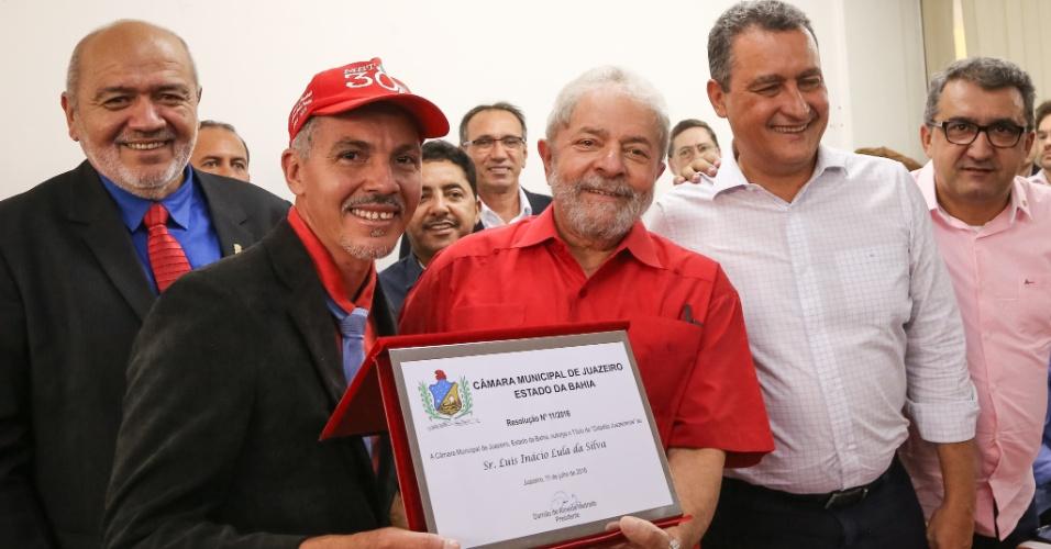 11.jul.2016 - O ex-presidente Luiz Inácio Lula da Silva recebe o título de cidadão do município de Juazeiro, na Bahia