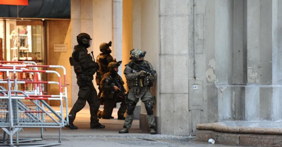 22.jul.2016 - Policiais cercam a estação de metrô Karlsplatz, em Munique, Alemanha, depois que um tiroteio deixou mortos e feridos no shopping Olympia