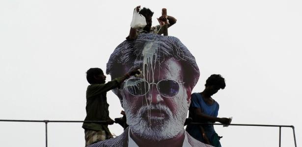 """Fãs jogam leite na imagem de Rajinikanth antes da estreia de seu fimle """"Kabali"""", em Chennai, Índia"""