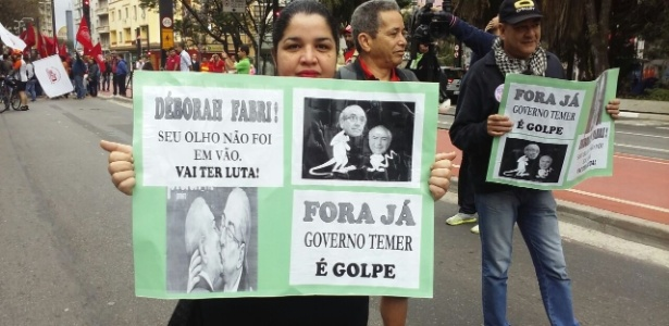 Mulher exibe cartaz em apoio a ativista que perdeu visão durante protesto contra Temer  - Wellington Ramalhoso/UOL