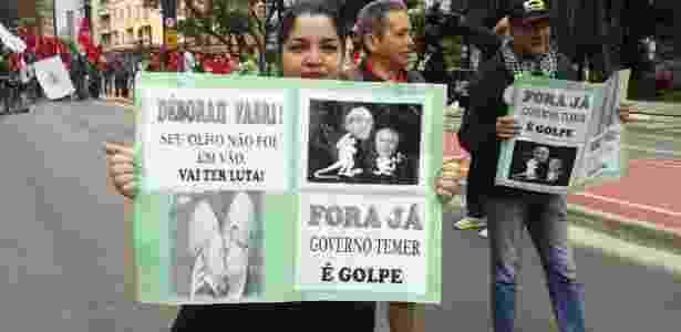 A cozinheira Roberta Firmo Vieira carrega cartaz com mensagem de apoio à ativista Deborah Fabri, que perdeu a visão durante um protesto na semana passada - Wellington Ramalhoso/UOL