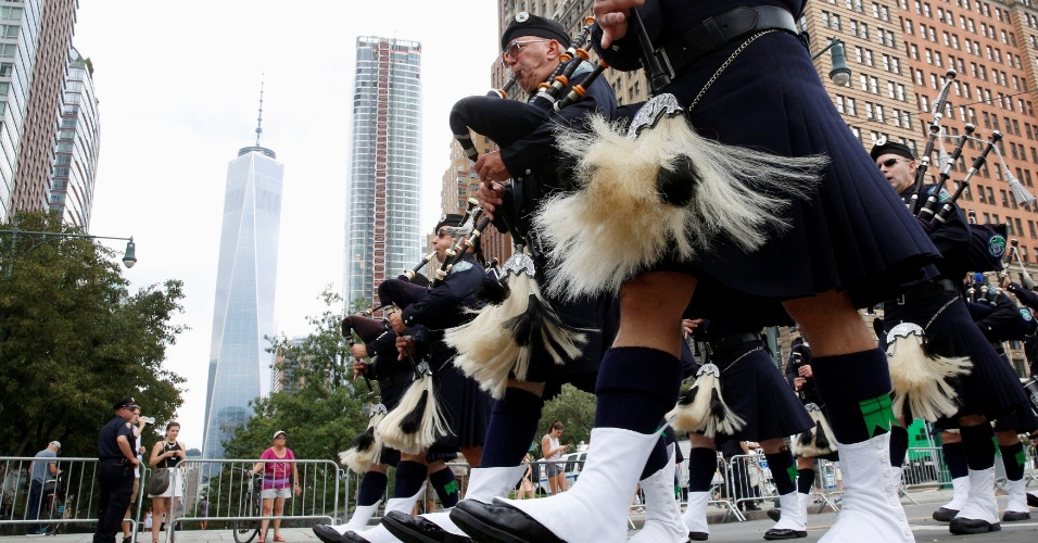 11.set.2016 - Membros da Polícia de Seattle marcham em Nova York dentro da cerimônia que marca o 15º aniversário dos ataques terroristas de 11 de setembro nos Estados Unidos. Os atentados cometidos pela Al-Qaeda deixaram 2.753 mortos em Nova York, 184 no Pentágono e 40 na Pensilvânia