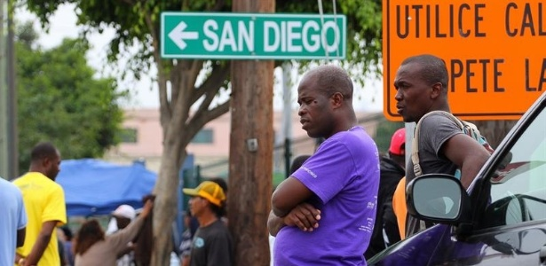 Haitianos na cidade mexicana de Tijuana aguardam para cruzar a fronteira com os EUA