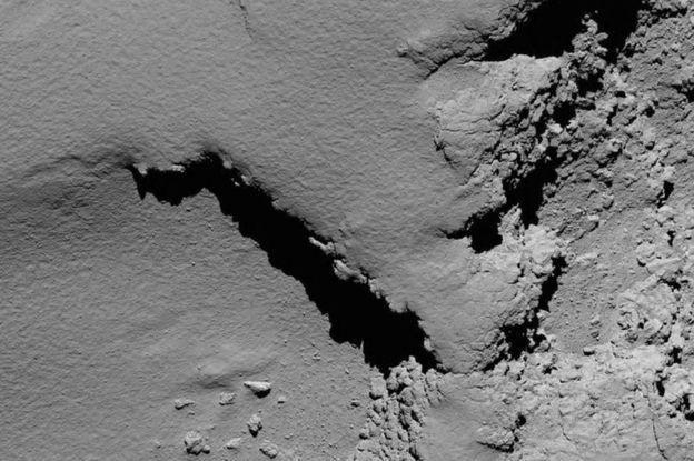 30.set.2016 - A 5,8 km, detalhes do cometa ficam mais visíveis