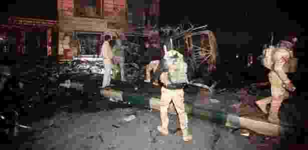 Forças de segurança iraquianas comparecem a local de explosão de caminhão-bomba em Hilla, próximo a Bagdá, no Iraque - Alaa al-Marjani/Reuters