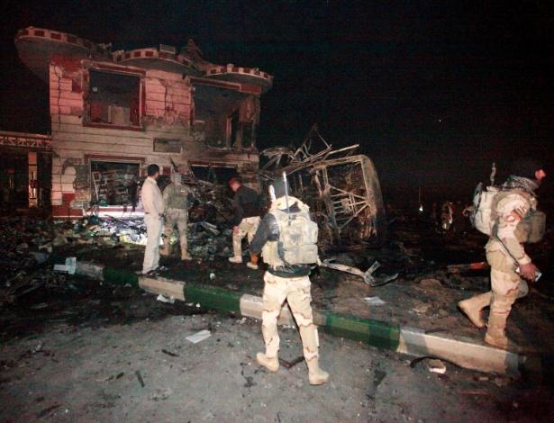 Forças de segurança iraquianas comparecem a local de explosão de caminhão-bomba em Hilla, próximo a Bagdá, no Iraque