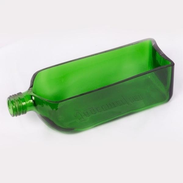 Peça  feita com garrafa de vidro pela empresa Casa do Vidro, arrendada pela ong Associação Amigos do Rio Formoso de Bonito (MS)
