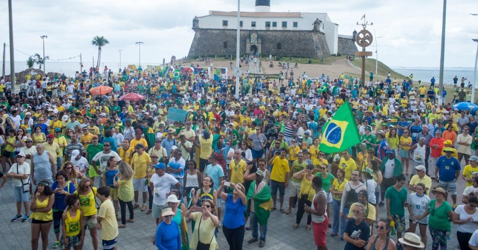 4.dez.2016 - Manifestantes protestam contra a corrupção e em apoio à Operação Lava Jato, no Farol da Barra, em Salvador (BA)