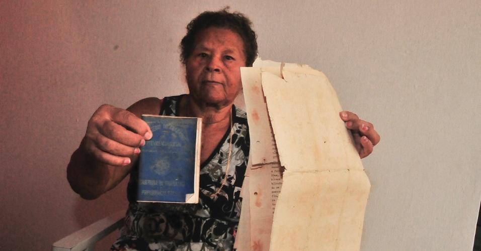 4.jan.2017 - Aposentada Nilza Ferreira da Silva, 73, segura os únicos documentos que conseguiu salvar após a inundação que invadiu sua casa