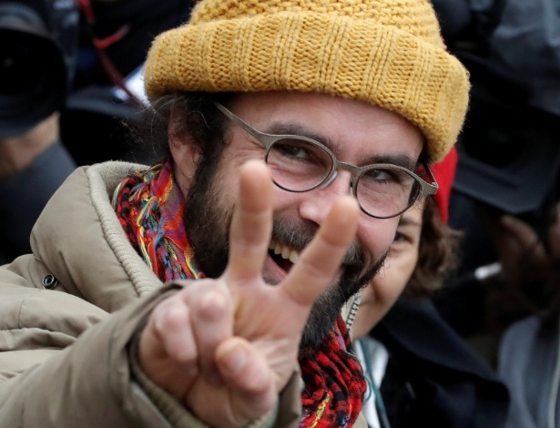 O agricultor francês Cédric Herrou reage após ser multado por ajudar refugiados, em corte em Nice, na França