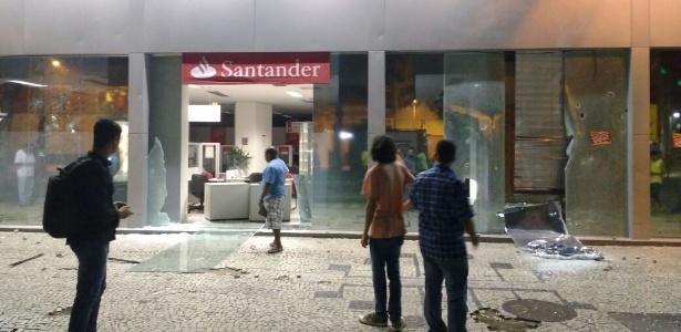 Protesto no Rio termina com vidraças de bancos estilhaçadas - Paula Bianchi/UOL