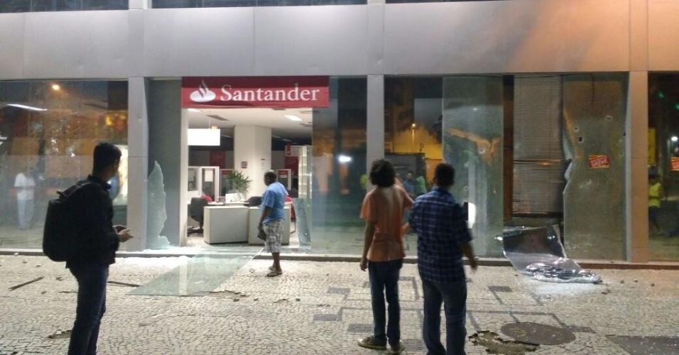 15.mar.2017 - Manifestação contra reforma da Previdência no Rio tem confronto entre mascarados e a guarda municipal. Vidraças de bancos foram quebradas