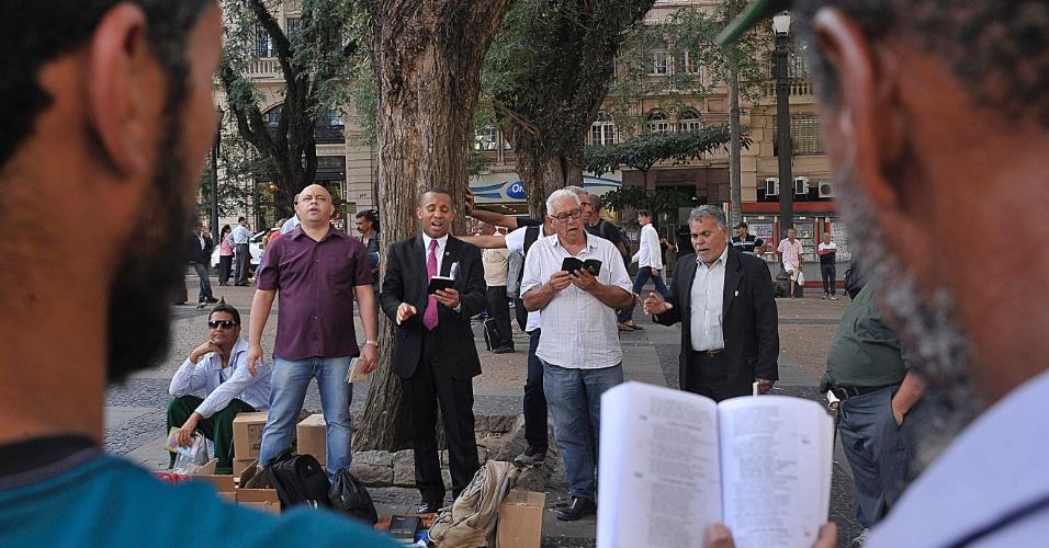 5.abr.2017 -  Pregação ao ar livre na praça da Sé, em São Paulo, organizada pela Assembleia de Deus