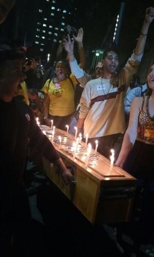 """18.mai.2017 - A frente do ato no Rio, um grupo carrega um caixão com velas simbolizando o governo Temer. Eles cantam, """"olé olá, diretas já! Fora Temer!"""""""