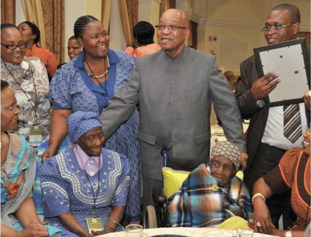 O presidente sul-africano Jacob Zuma com Johanna Rametsi (dir.) e a filha dela, Wilhelmina Phiri (esq.), em foto de 2013