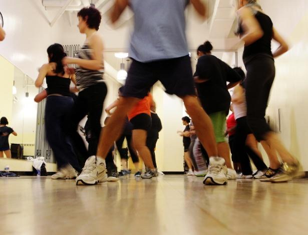 Grupo dança zumba em sala de aula de Nova York