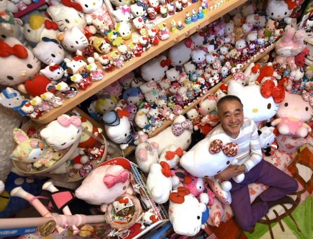 Masao Gunji com sua coleção de Hello Kitty em sua casa em Yotsukaido, Japão