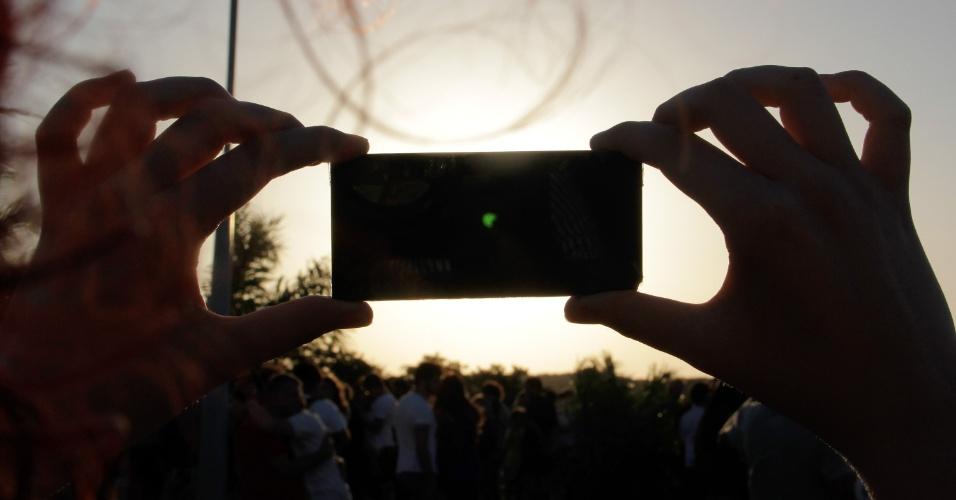 21.ago.2017 - Potiguar tira foto de eclipse parcial do sol, visto do Parque da Cidade, em Natal, Rio Grande do Norte. No Brasil, o fenômeno pode ser melhor observado nas regiões Norte e Nordeste