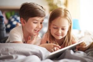 Este guia te deixará mais tranquilo para pôr o celular nas mãos dos filhos (Foto: IStock)
