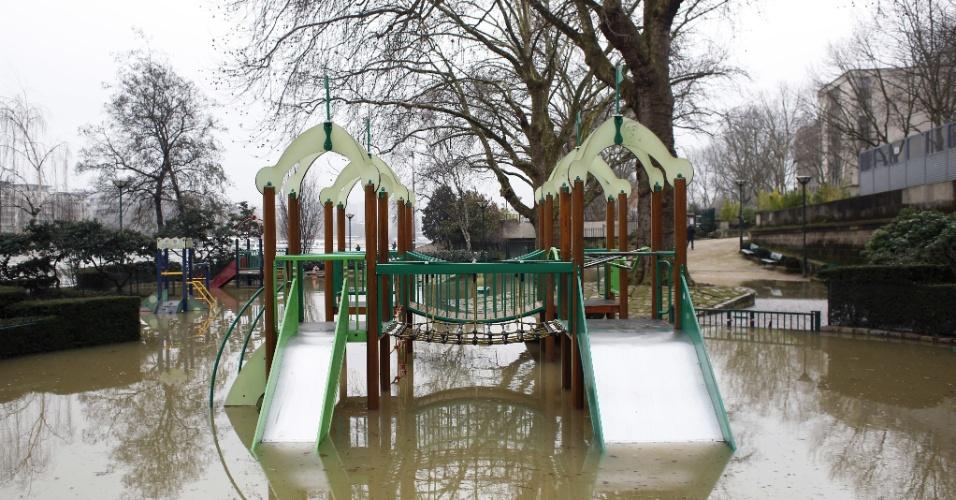 27.jan.2018 - Um parquinho infantil foi inutilizado pela cheia do rio Sena, em Paris. O nível do rio subiu e colocou a cidade em estado de alerta para inundações