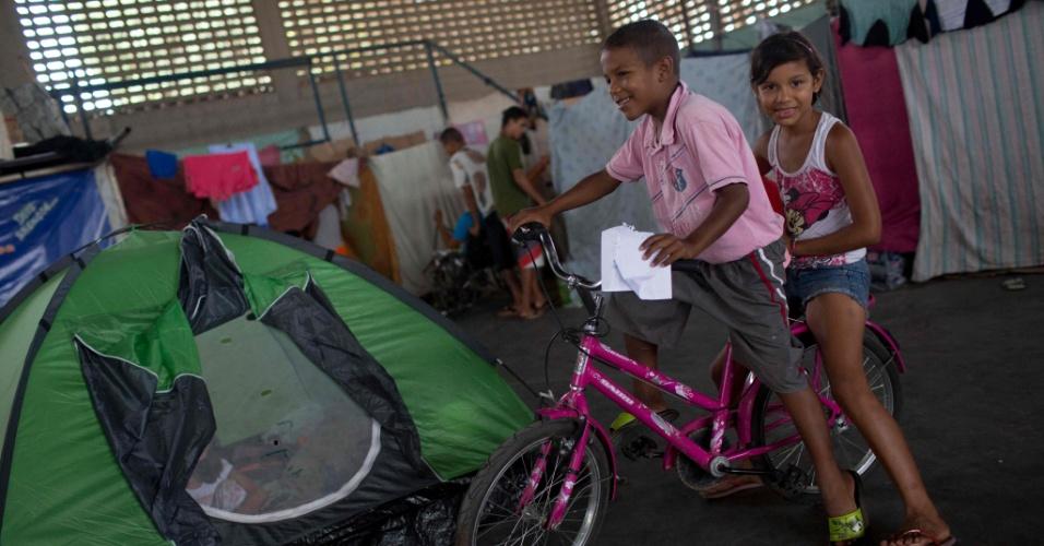 24.fev.2018 - Crianças refugiadas venezuelanas brincam no abrigo em Boa Vista, Roraima